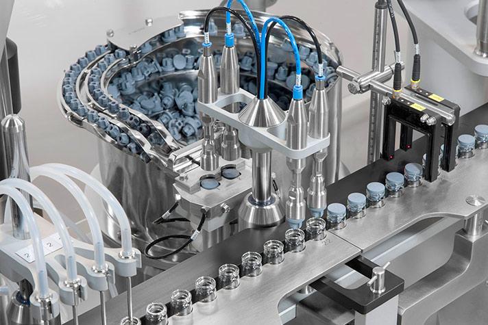Equipo monobloc compacto para la alimentación, llenado y cerrado automático de inyectables