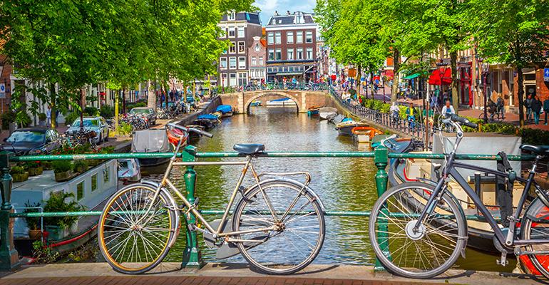 La industria farmacéutica española ofrece su colaboración para realizar el cambio de sede de la EMA a Ámsterdam
