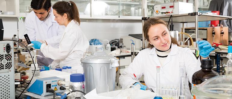 La formación profesional de grado superior  en la industria farmacéutica, biotecnológica y afines